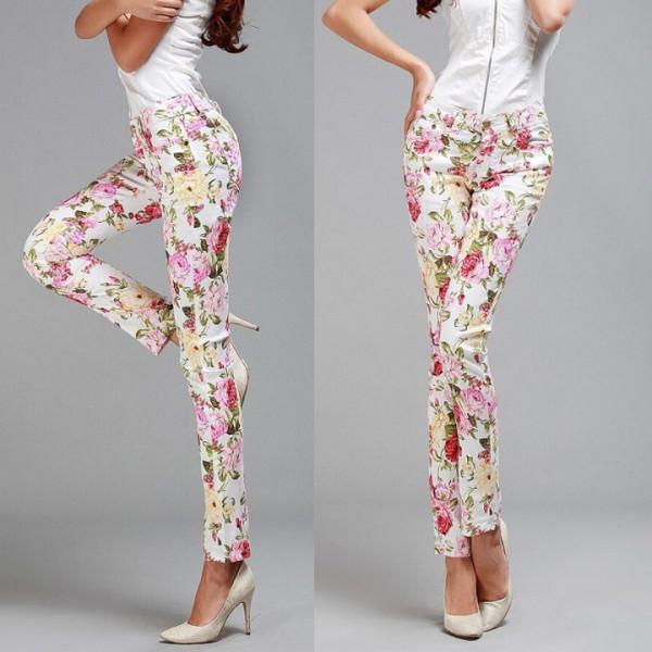 damske-bile-kalhoty-kvetovane