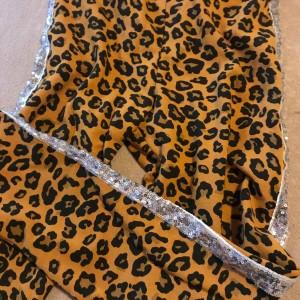 divci-vyteplene-leopardi-leginy-s-třpytivým-stribrnym-pruhem