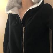 cerna-dlouha-mikina-s-kapuci-a-koziskem-tepla-podzimni-1