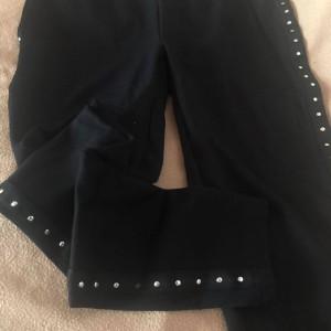 cerne-elasticke-kalhoty-s-pruhy-cvoky-1