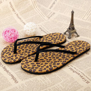 damske-pantofle-zabky-letni-cerne-leopardi