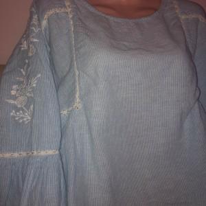 damsky-svetle-modry-prouzkaty-top-halenka-rozsirene-rukavy-krajka